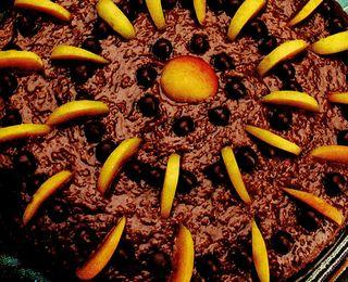 Tort cu ciocolată şi caise
