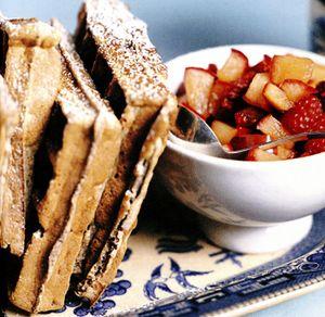 Gofre cu cereale si sos de mere si zmeură