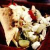 Tortillas la grătar umplute cu legume, avocado şi feta