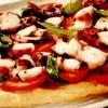 Pizza cu caracatiţă marinată şi roşii