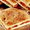Pizza umplută cu anşoa şi roşii