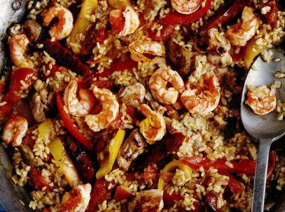 Paella cu pui, carnati chorizo si creveti