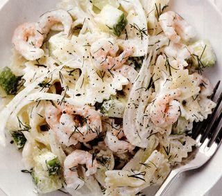 Salata de paste cu creveţi, mărar şi castraveţi