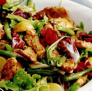 Salată de pui cu fasole verde şi frunze de radicchio