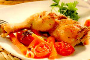 Pulpe de pui cu roşii si morcovi la tavă