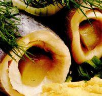 Salata de rulouri de hering cu ceapa, oua si castraveti murati