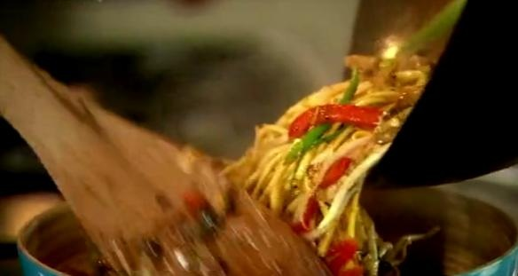 Cum se prepara Pui Chow Mein (video)
