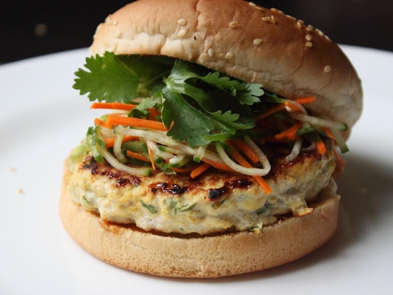 Cum se prepara burger de pui (video)