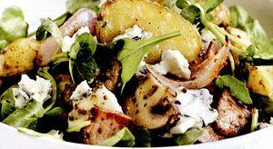 Salată caldă de cartofi noi cu şuncă şi brânză