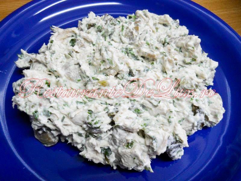 Reteta zilei: Salata de pui cu ciuperci, castraveti murati si smantana