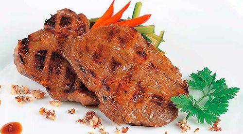 Ceafa de porc cu sos de soia si salata de castraveti