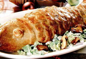 Peşte în crustă pe pat de salată