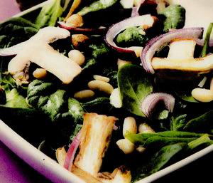Salată cu spanac şi ciuperci