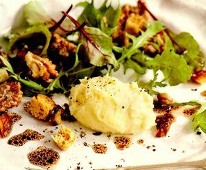 Salată de brie cu nuci caramelizate şi curmale