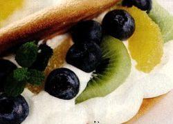 Desert cu frisca şi fructe