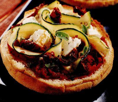 Mini Pizza cu rosii uscate si branza Ricotta