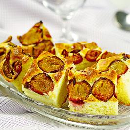 Prăjitură cu iaurt şi prune