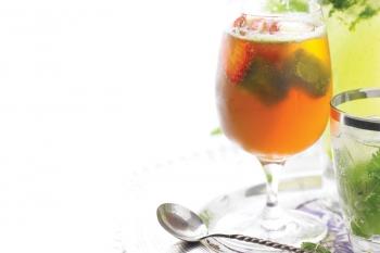 Cocktail Aperol cu busuioc şi căpşuni