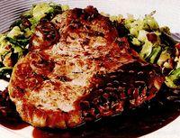 Cotlete de porc cu sos de vin roşu