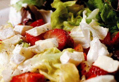 Mix de salata verde cu brie si capsuni