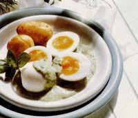 Oua si cartofi, cu sos din verdeturi