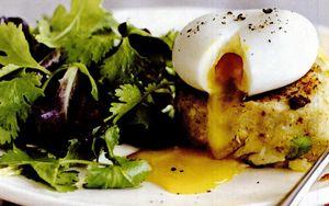 Placintele picante cu peste afumat, oua si salata