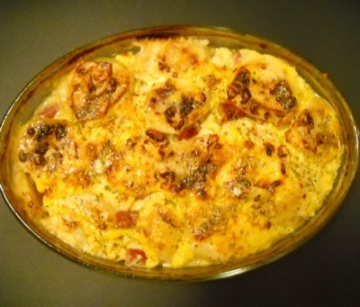 Cartofi la cuptor cu brânză şi cârnăciori