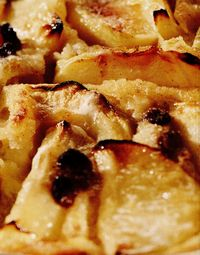 Clafoutis de mere cu scorţişoară şi stafide