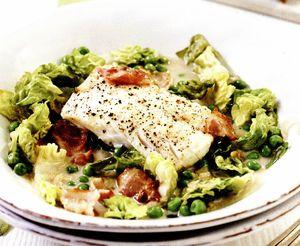 Cod cu bacon, salată verde şi mazăre