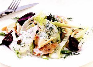 Pastrav afumat cu salata de fenicul, mar si sfecla