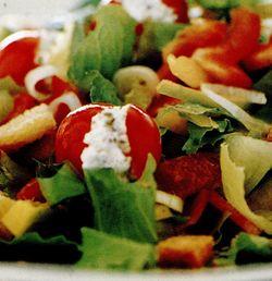 Salata cu crutoane si rosii cherry umplute cu branza de vaca