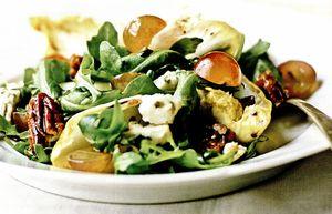 Salata de gorgonzola si struguri cu nuci caramelizate