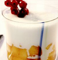 Spumă de iaurt pe piersici marinate, cu coacăze