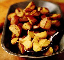 Cartofi noi prăjiţi cu usturoi