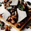 Ciuperci_de_padure_pe_mamaliga_la_gratar_cu_brânza_pecorino