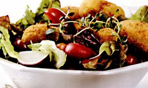 Crochete de caşcaval cu salată asortată