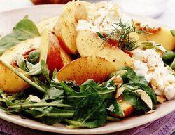 Salată cu brânză de vaci şi piersici