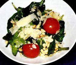 Salata cu spanac si muguri de pin