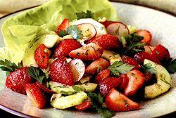 Salata de castraveti si capsuni