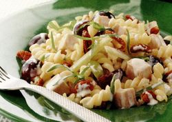 Salată de curcan cu struguri şi nuci pecan