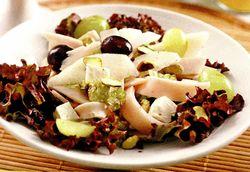 Salată de pui cu brânză de capră şi fructe