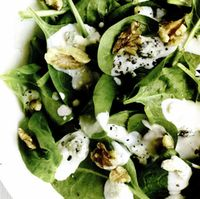 Salată de spanac, nuci şi brânză cu mucegai