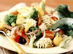 Salată italienească cu legume şi paste
