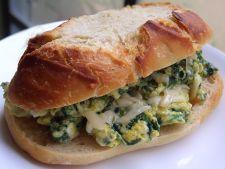 Sandwich cu oua si spanac