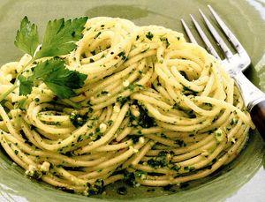 Spaghete cu pesto pe bază de pătrunjel