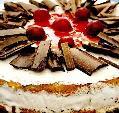 Tort de îngheţată, cu vişine si ciocolată