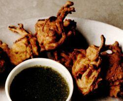 Bhaji de ceapă cu sos iute cu verdeţuri