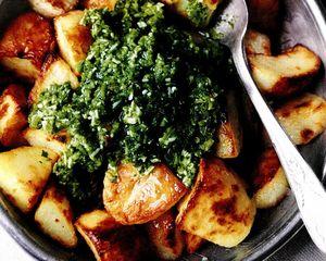 Cartofi rumeniţi, cu salsa picantă