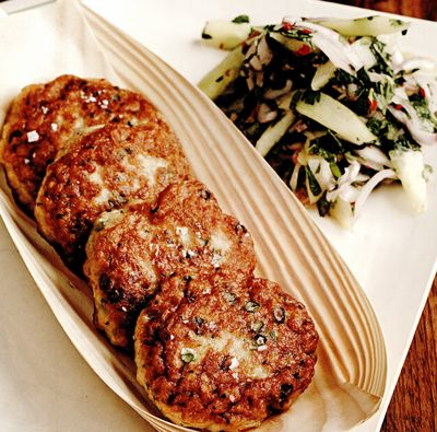 Chiftele de peste cu salată picantă de castraveţi