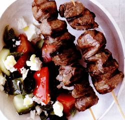 Frigărui de miel şi salată grecească